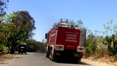 PÅ VEI TIL ÅSTEDET: En brannbil er på vei til åstedet der flyet lastet med over 150 passasjerer styrtet i morges. Foto: Tiksa Negeri / Reuters / Scanpix