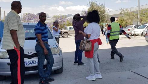 PÅRØRENDE PÅ PLASS: Familiemedlemmer av de omkomne i flystyrten er i ferd med å komme til Bole internasjonale flyplass i Addis Abeba, Etiopia. Foto: Elias Masseret / Ap / Scanpix