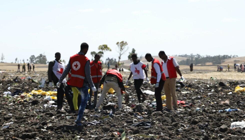 STYRT: Hjelpemannskaper fra Røde Kors er på plass for å gå gjennom ulykkesstedet. Ingen av de 157 personene om bord på ulykkesflyet overlevde. Foto: Michael TEWELDE / AFP / NTB scanpix