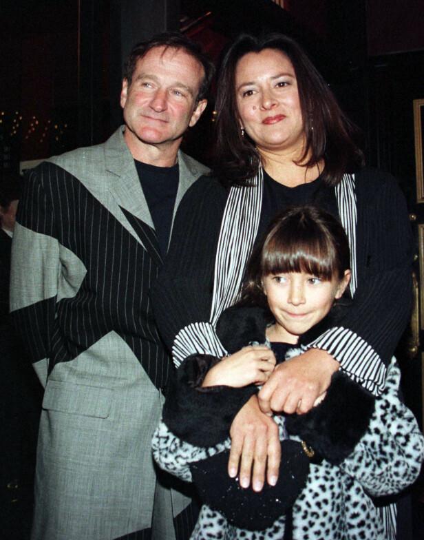 NÆRT BÅND: Zelda Williams var ofte med pappa på rød løper. Her poserer hun sammen med ham og mora i 1998. Foto: NTB scanpix
