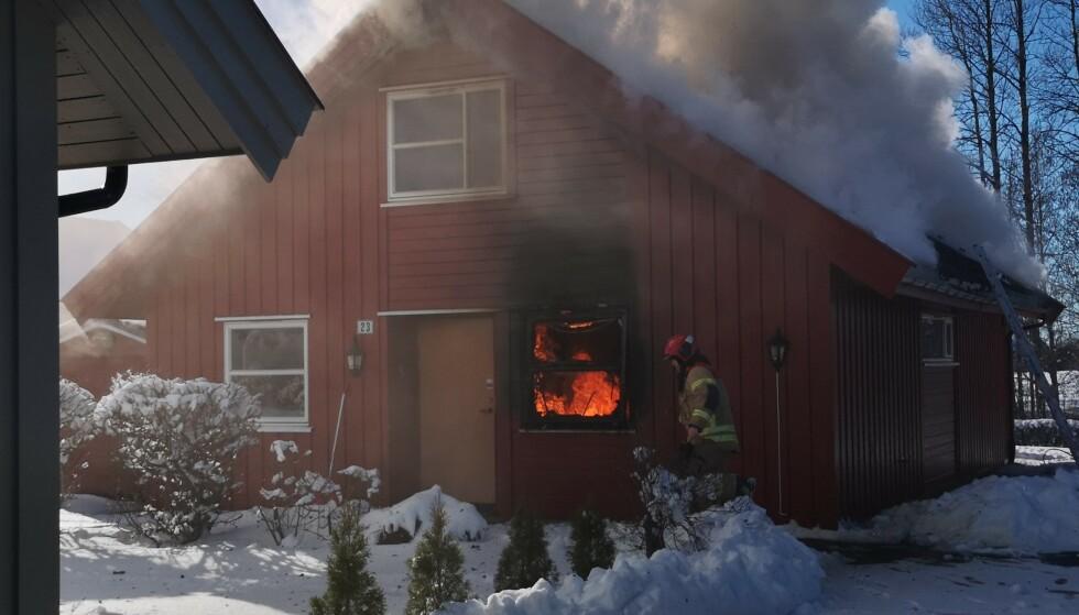 STARTET PÅ KJØKKENET: Flammer og røyk slo raskt ut fra vindu og tak i eneboligen på Slitu i Østfold. Foto: Freddie Larsen.