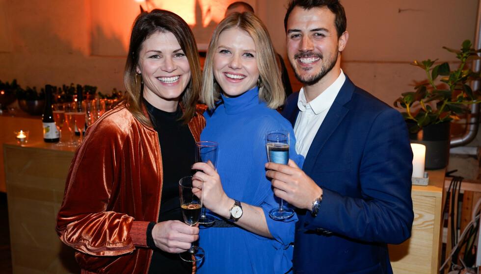 FIN FAMILIE: Tiril Sjåstad Christensen (i midten) med sin søster Pia og sin kjæreste Stian. Foto: TV 2