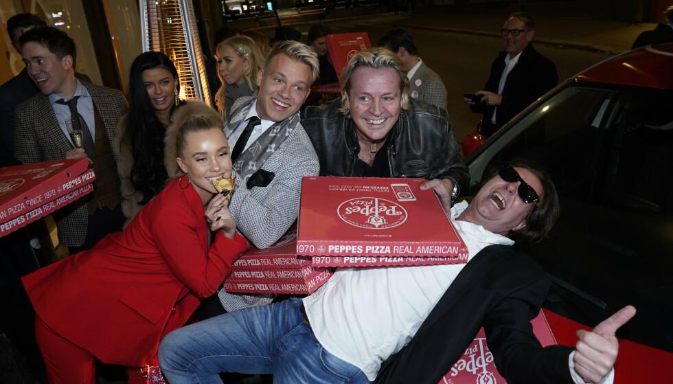 FULL FEST: Deltakerne koste seg med pizza før de skulle se episoden sammen. Foto: TV 2