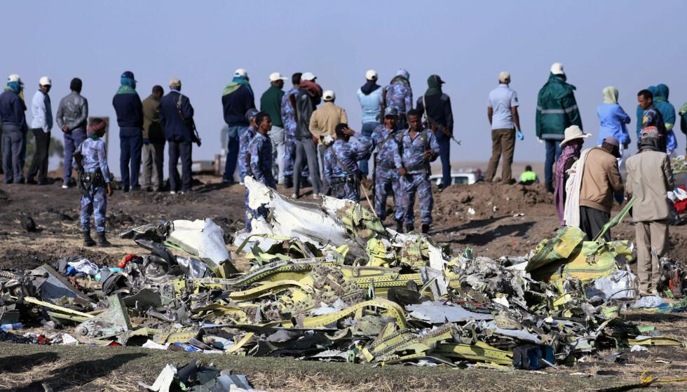 SMADRET: 737 Max 8-maskinen er fullstendig smadret. På åstedet samler mannskapet sammen vrakdeler til bruk i etterforskningen. Foto: Tiksa Negeri / Reuters / NTB Scanpix