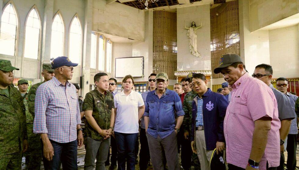 FÅR KRITIKK: President Rodrigo Duterte (i midten) får kritikk etter sitt besøk til Jolo-katedralen etter angrepet i slutten av januar. Foto: Malacanang Palace