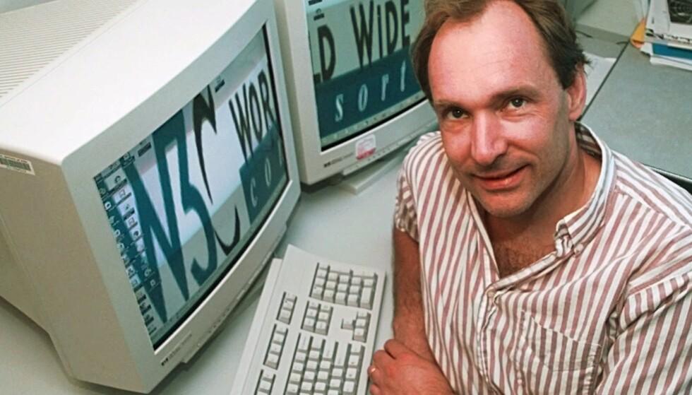 WORLD WIDE WEB: Da Sir Tim Berners-Lee lanserte et av verdens viktigste systemer, hadde han en visjon om at det skulle være åpent og trygt. Men det betyr også at det er åpent for de med ulovlige hensikter. Her på kontoret hans i 1998. Foto: Elise Amendola (AP Photo/NTB scanpix)