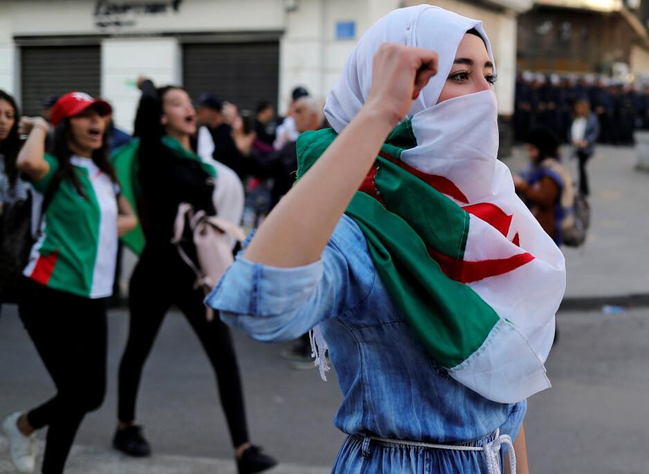 GÅ AV: Folket i gatene i Algérie avviser å gjenvelge president Abdelaziz Bouteflika. Han mangler nå de fleste evnene som trengs for å lede et land. Foto: REUTERS / NTB Scanpix / Zohra Bensemra
