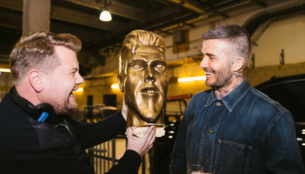RUNDLURT: James Corden (t.v.) holder frem den falske versjonen David Beckhams statue. Foto: The Late Late Show.