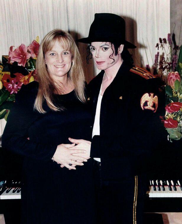 GIFTET SEG: Michael Jackson og Debbie Rowe giftet seg 14. november 1996 i australske Sydney. Da var hun allerede fem måneder på vei med deres første barn. Foto: NTB Scanpix
