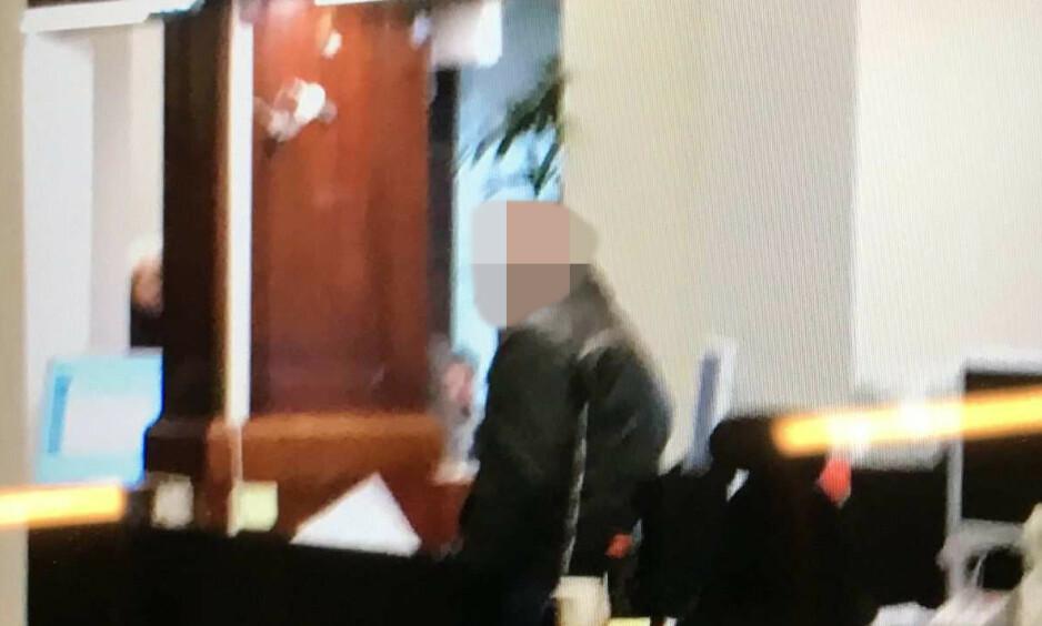 BEVIS: Mannen som forsøkte å rane Sparebank 1 på Majorstua i Oslo, ble året før dømt for et tilsvarende mislykket ran i Malmö. Bildet er tatt av et vitne til ranet og ble lagt frem som bevis under rettssaken mot mannen. Foto: Svensk politi
