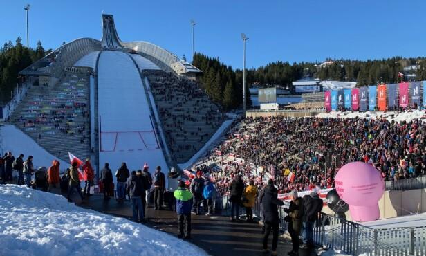POPULÆRT: Svært mange polakker hadde tatt turen til Holmenkollen søndag. Foto: Tore Ulrik Bratland