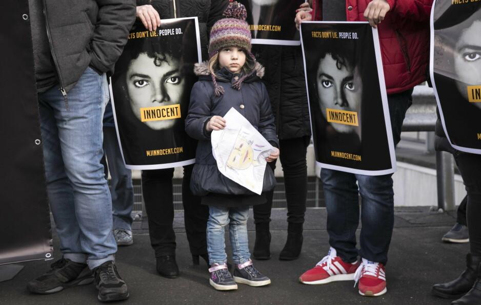 DEMONSTRERER: Michael Jackson-fans over hele verden protesterer mot dokumentarfilmen «Leaving Neverland», der superstjerna blir beskyldt for overgrep mot mindreårige fans. Bildet er tatt utenfor lokalene til den nederlandske tv-stasjonen NPO i Hilversum tidligere denne måneden. Også NRK har vist dokumentaren. Foto: Dingena Mol / EPA / NTB Scanpix