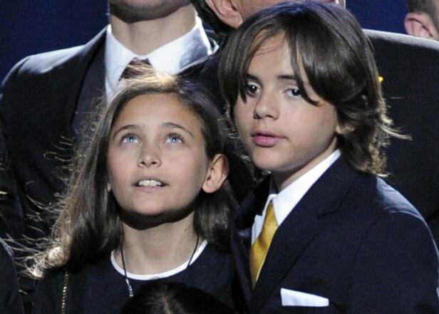 I BEGRAVELSEN: Her er barna Paris og Prince Michael l på scenen under den offisielle minnestunden i Los Angeles etter Jacksons død i 2009. Foto: NTB Scanpix