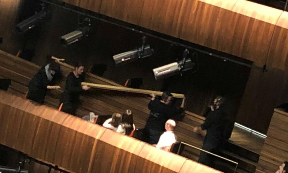 FALT NED: En planke løsnet fra taket like før en forestilling i Operahuset i Oslo. Det kunne ha gått ordentlig galt, ifølge tipser. Foto: Tipser