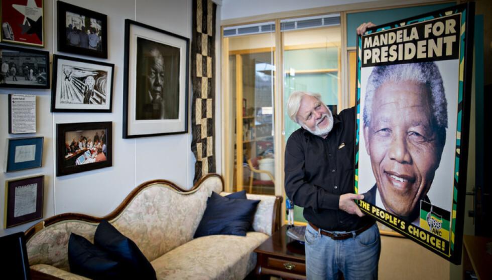 MINNER: Tomm Kristiansen har dekorert kontoret sitt på NRK med afrikanske klenodier og bilder av Nelson Mandela. Foto: Bjørn Langsem / Dagbladet