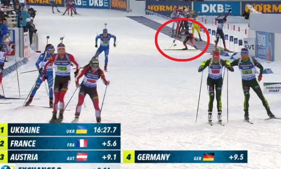 STAV-TRØBBEL: Johannes Thingnes Bø måtte slite på sin første etappe - der han holdt på å gå i mål uten staver. Skjermdump fra NRK
