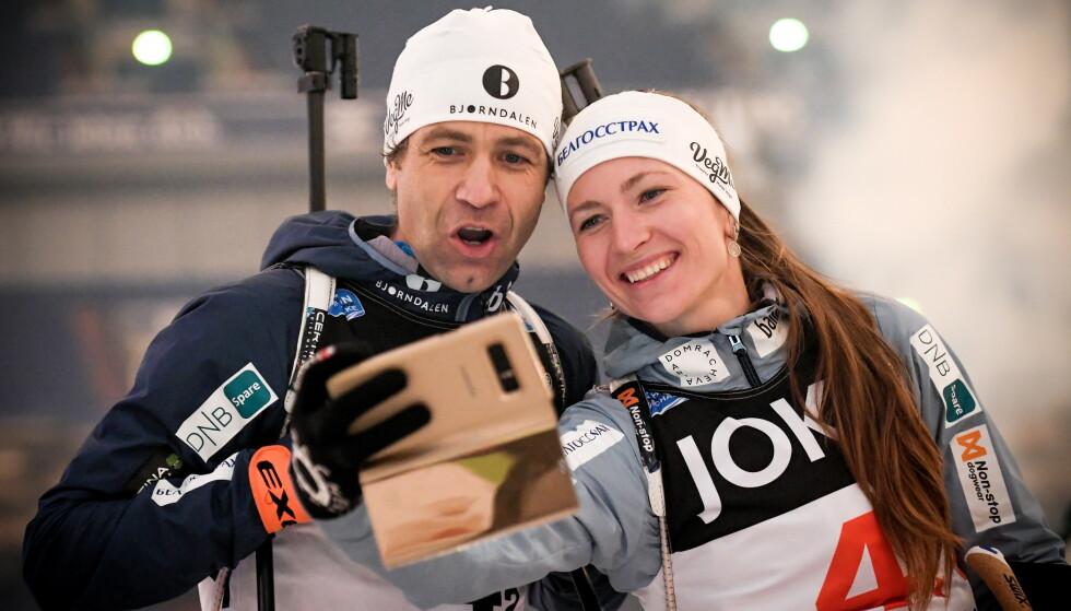 LAGT OPP: Men Ole Einar Bjørndalen er fortsatt engasjert. Her fra et showrenn tidligere i vinter sammen med kona Darja Domratsjeva. Foto: NTB Scanpix