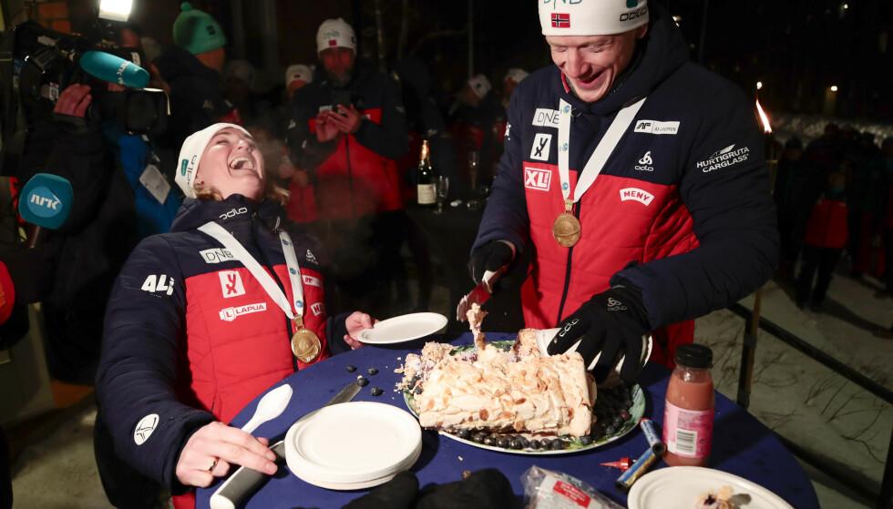 FEIRET MED KAKE: Gullvinnere Johannes Thingnes Bø og Marte Olsbu Røiseland under kakefeiringen i forbindelse med singel mixed stafett i VM Skiskyting 2019 i Östersund. Foto: Lise Åserud / NTB Scanpix