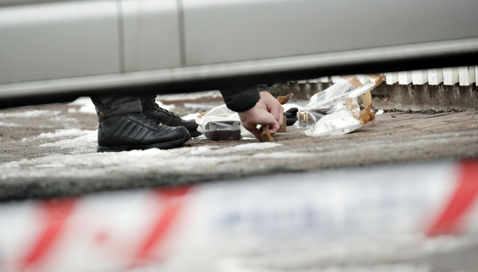 ARBEID PÅ BOLIGEN: Her bærer krimteknikere ut beslag fra boligen til justisministeren og hans samboer. Foto: Bjørn Langsem / Dagbladet