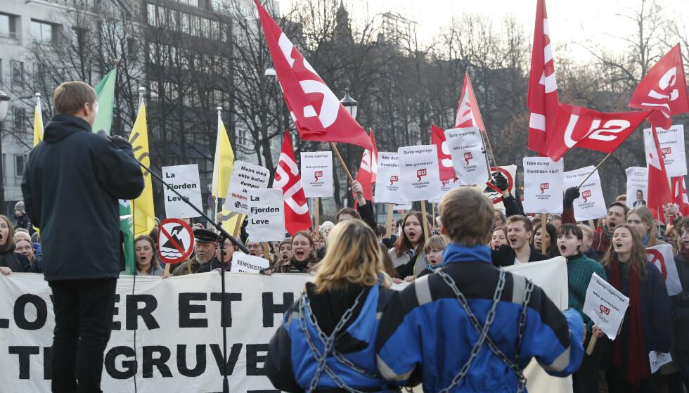 DEMONSTRASJON: Natur og ungdom holdt demonstrasjon mot gruvedumping i Repparfjord utenfor Stortinget i 2016, på fredag blir det en ny demonstrasjon for klimaet. Foto: Terje Bendiksby / NTB scanpix