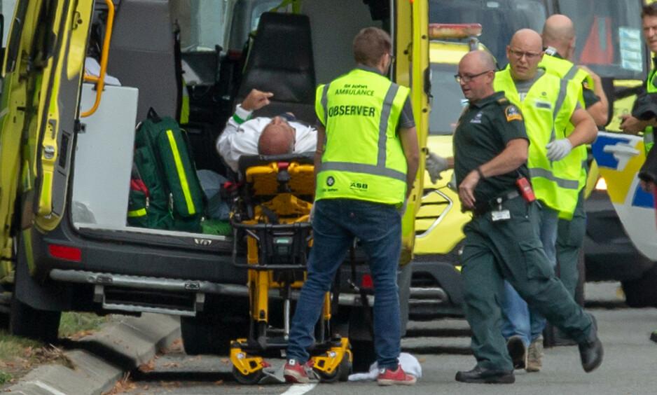 49 DREPT: 49 personer er bekreftet omkommet etter angrepet på to moskeer i Christchurch. Her fraktes en av de skadde bort. Foto: Martin Hunter / SNPA / Reuters / NTB Scanpix