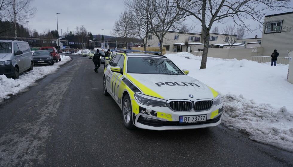 KNIVSTUKKET: En mann i 20-årene er knivstukket ved Skjetten senter i Skedsmo i Akershus. Politiet leter etter antatte gjerningspersoner. Foto: Fredrik Hagen / NTB scanpix