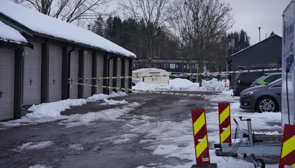 SPERRET AV: Politiet har sperret av et område. Foto: Fredrik Hagen / NTB scanpix