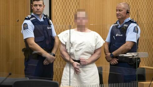 FENGSLET: Slik ankom Brenton Tarrant retten natt til lørdag. Hans identitet er kjent, men dommeren ba da likevel om at fotografene skulle sladde fjeset hans. Foto: Mark Mitchell / POOL / AFP