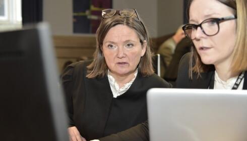 FØRER SAKEN: Statsadvokat Kaia Strandjord har akkurat gått gjennom tiltalen mot den 18-årige dobbeltdrapstiltalte. Her sammen med medaktor Eli Nessimo (t.h).