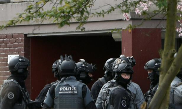 SPERRET AV: Politiet har omringet et bygg like ved åstedet. Foto: Piroschka van de Wouw / Reuters / NTB Scanpix