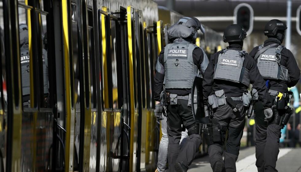 STOR AKSJON: En mengde politifolk fra antiterrorstyrken er utkalt til åstedet på 24 oktoberplein (24.-oktober-plassen) i Utrecht. Foto: Robin van Lonkhuijsen / ANP / AFP / NTB Scanpix
