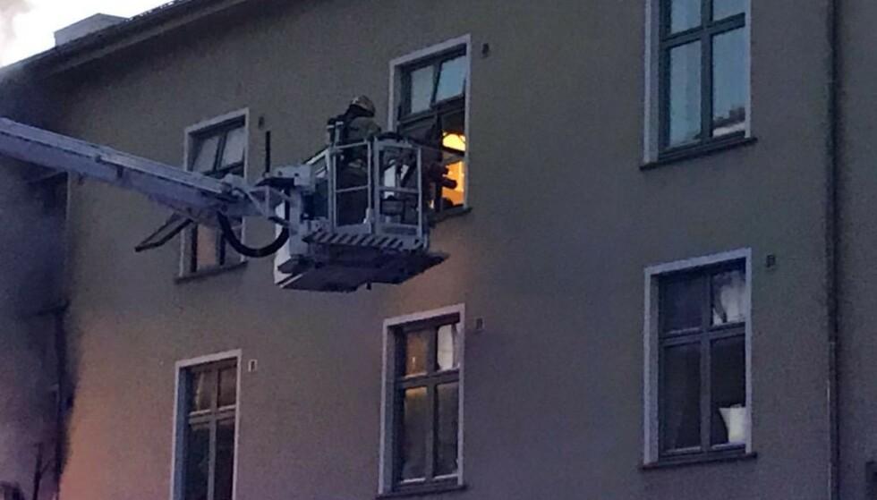BRANN: Klokka 19.20 hadde Brannvesenet slukket brannen i 2. og 3. etasje, men det brant fremdeles på løftet. Foto: Sissel Fantoft