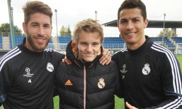 TOPPMØTE: Da Martin Ødegaard kom fra Strømsgodset til Real Madrid i 2015, var Sergio Ramos (t.v.) og Cristiano Ronaldo to av de første stjernene han hilste på. Foto: Privat