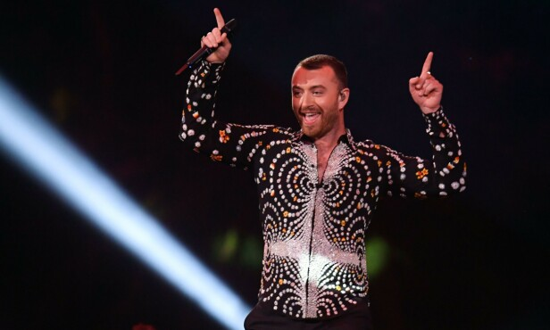 VERDENSKJENT: Her står Sam Smith på scenen under London Brit Awards tidligere i år. Foto: NTB Scanpix