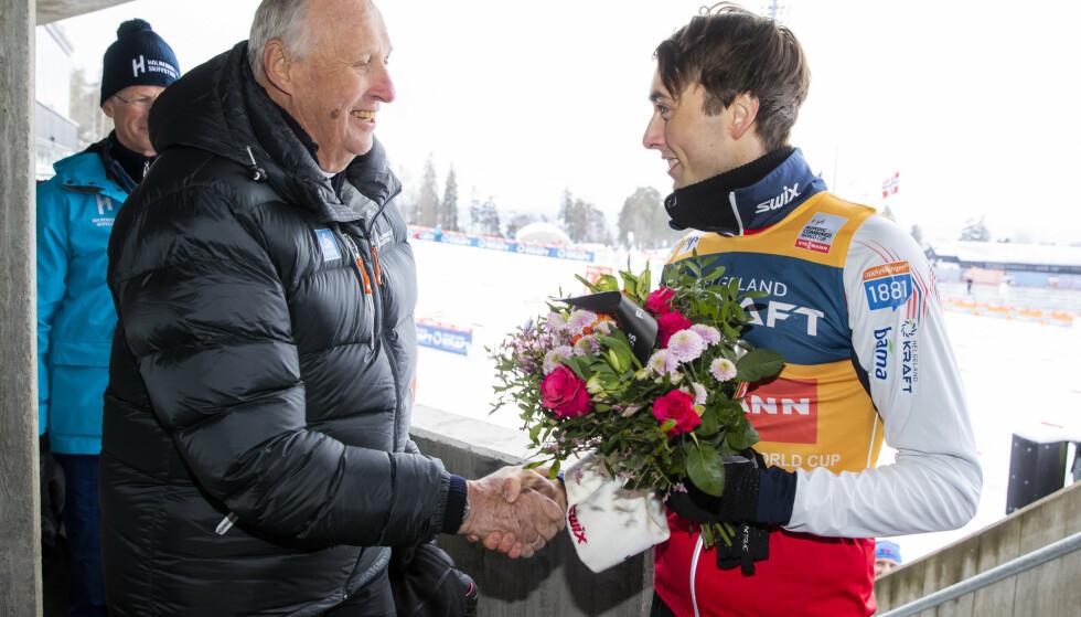 KONGEMØTE: Jarl Magnus Riiber er den nye kombinertkongen og fikk møte selveste kong Harald etter seieren i Holmenkollen. Foto: Håkon Mosvold Larsen / NTB scanpix