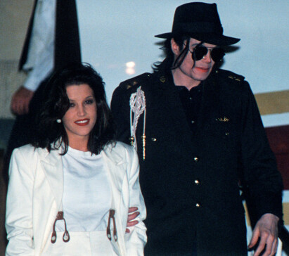 ET AV DE FØRSTE BILDENE: Lisa Marie Presley og Michael Jackson avbildet sammen på flyplassen i Budapest, en drøy måned etter at paret hadde bekreftet ekteskapet. Den gang var Presley 26 år, mens Jackson var 36. Foto: NTB Scanpix