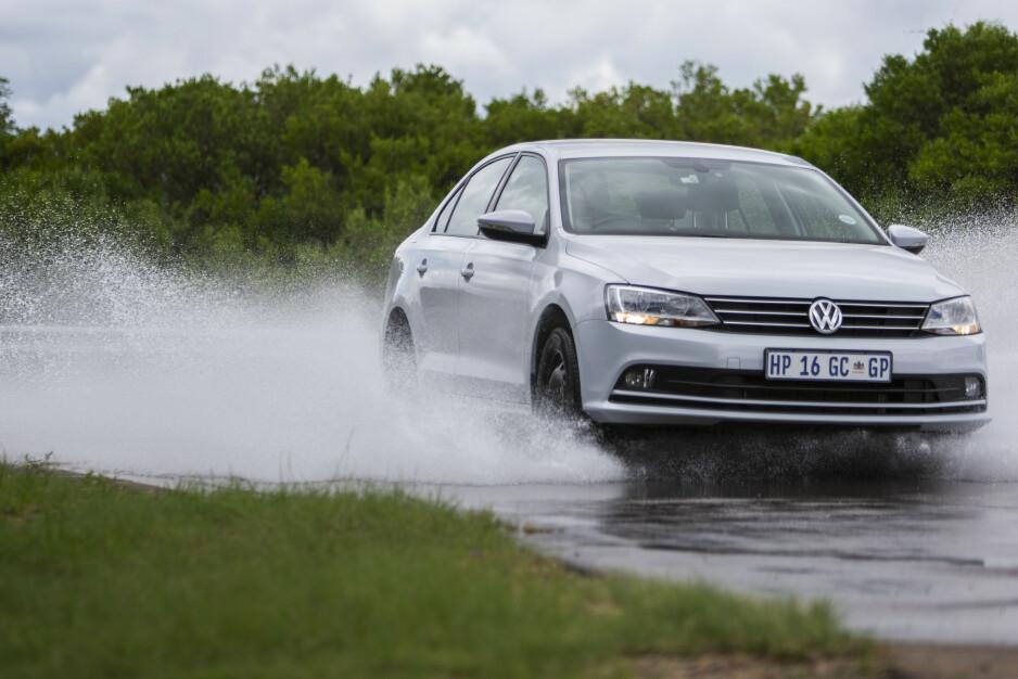 STORE FORSKJELLER: Dårlige sommerdekk på våt vei vil gi deg lang bremsestrekning og vannplaning i lav hastighet. Foto: Anton Reenpaa