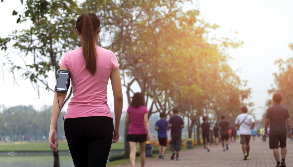 MOSJON: En rask spasertur en til to ganger i uka er nok til å redusere risikoen for å dø av hjerteinfarkt, hjerneslag eller kreft. Foto: Shutterstock / NTB Scanpix