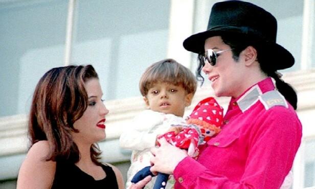 SNAKKET OM FRAMTIDA: Presley og Jackson avbildet under et besøk på et barnesykehus. Selv snakket de flere ganger om å få egne barn. Det skjedde imidlertid aldri. Foto: NTB Scanpix