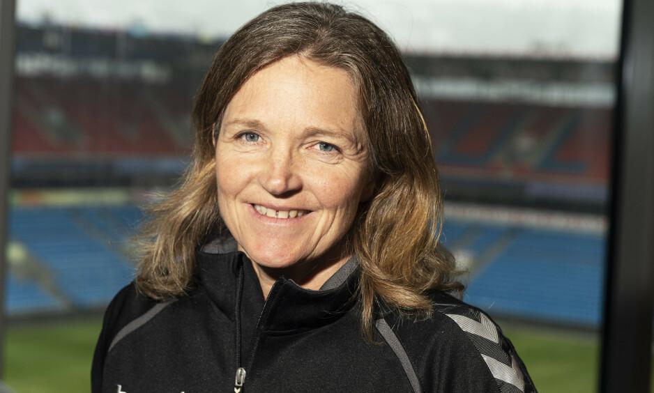 DELER ERFARINGER: Hege Riise etterlyser flere kvinnelige fotballtrenere som henne selv. Foto: Hans Arne Vedlog