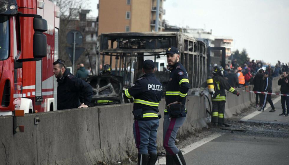 NEDBRENT: En bussjåfør, som kjørte barn til skolen, tente fyr på buss i protest mot migrantdødsfall i Middelhavet, ifølge italienske medier. Foto: AP / NTB Scanpix