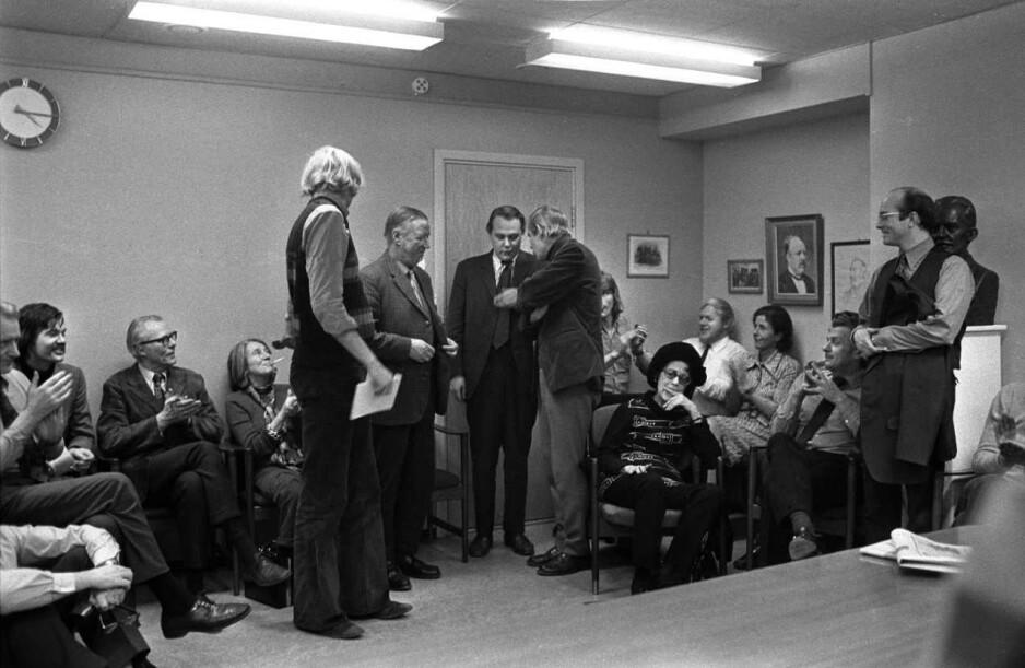 EN MERKEDAG: Bildet er tatt i 1973, den dagen Arve Solstad ble sjefredaktør. Les artikkelen, så får du vite hvem som er på bildet. Foto: Tor Gulliksrud