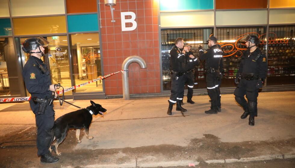 SØKER: Politiet søker etter en mann etter at en person ble funnet med stikkskader ved Sandaker Senter i Oslo onsdag kveld. Foto: Christian Roth Christiansen