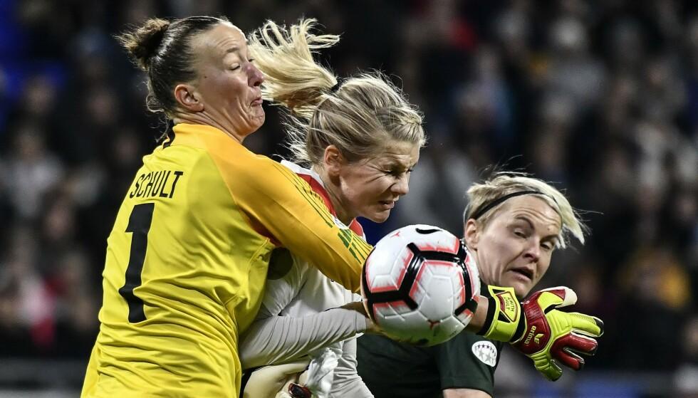 OFRER ALT: Ada Hegerberg i duell med Wolfsburg-keeper Almuth Schult og svenske Nilla Fischer. Foto: NTB Scanpix