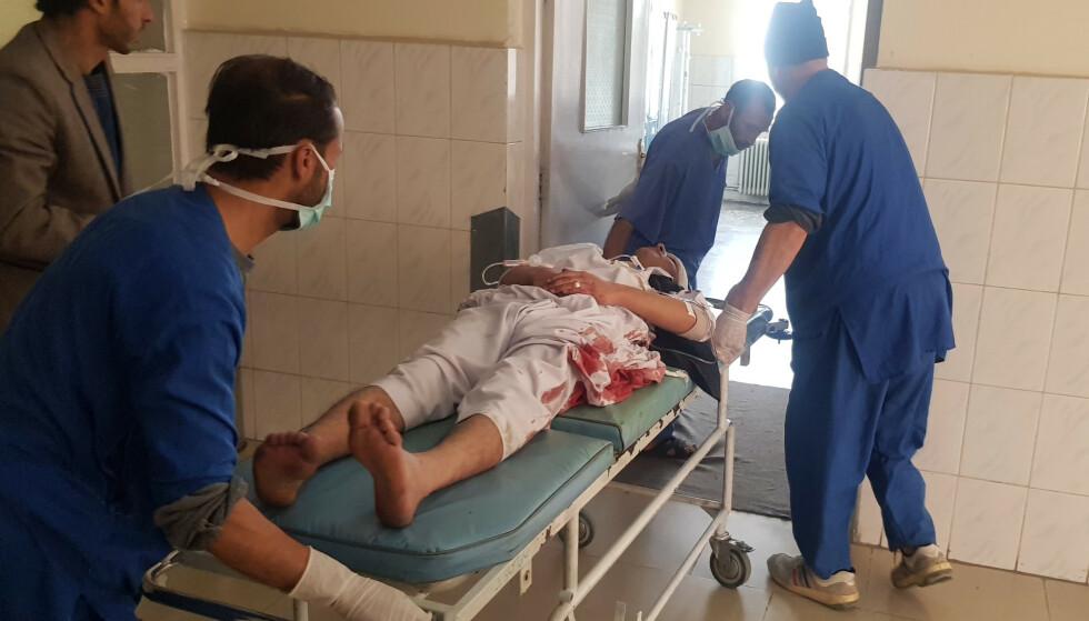 FLERE EKSPLOSJONER: En person blir ført inn på intensivavdelingen på et sykehus i Kabul i dag. Ifølge afghanske talspersoner skal det ha vært minst tre eksplosjoner i hovedstaden i dag, og minst seks personer skal være drept. Sjia-muslimer feirer at det er deres nyttår. Foto: Rahmat Gul / Ap / Scanpix