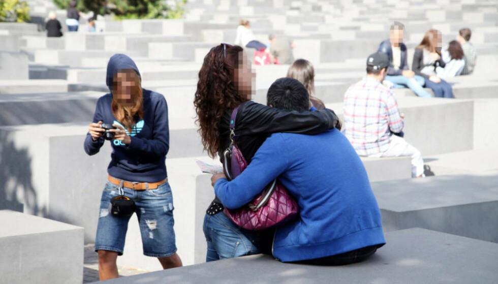 USMAKELIGE BILDER: - Det har noe kynisk og foraktende over seg, når turistene gjør holocaustminnesmerket til et partyområde, og etter festen legger ut smakløse bilder med dumme kommentarer. Foto: Asbjørn Svarstad
