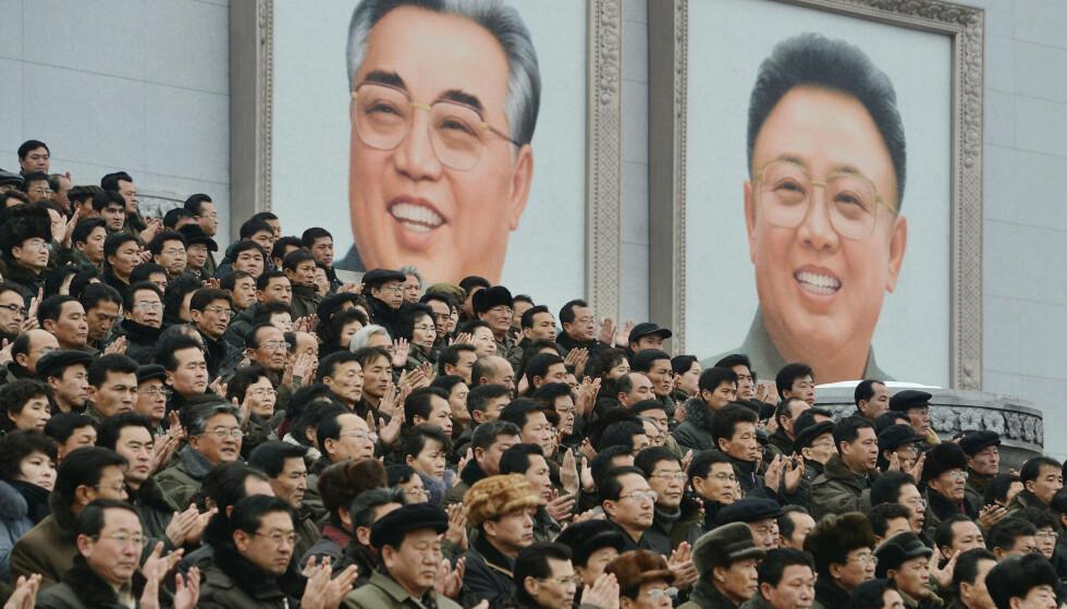 OPPOSISJON: En gruppe som ønsker å velte regjeringen i Nord-Korea har knust portretter av Kim Il-sung og Kim Jong-il og publisert det på sine nettsider. Foto: NTB Scanpix