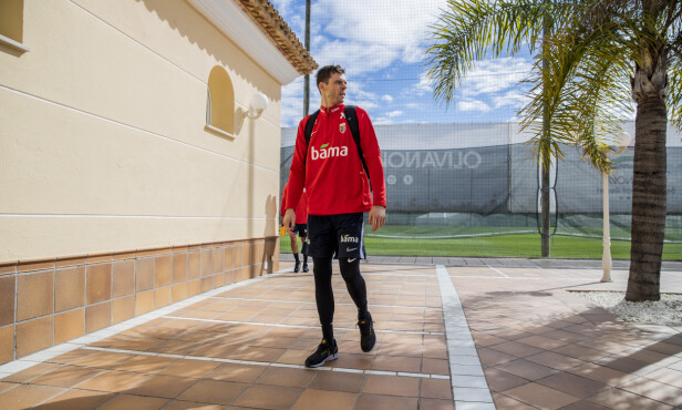 SOLFYLT: Forholdene er ypperlige for Rune Almenning Jarstein og resten av gutta på landslaget i Oliva i Spania. Foto: Stian Lysberg Solum / NTB scanpix