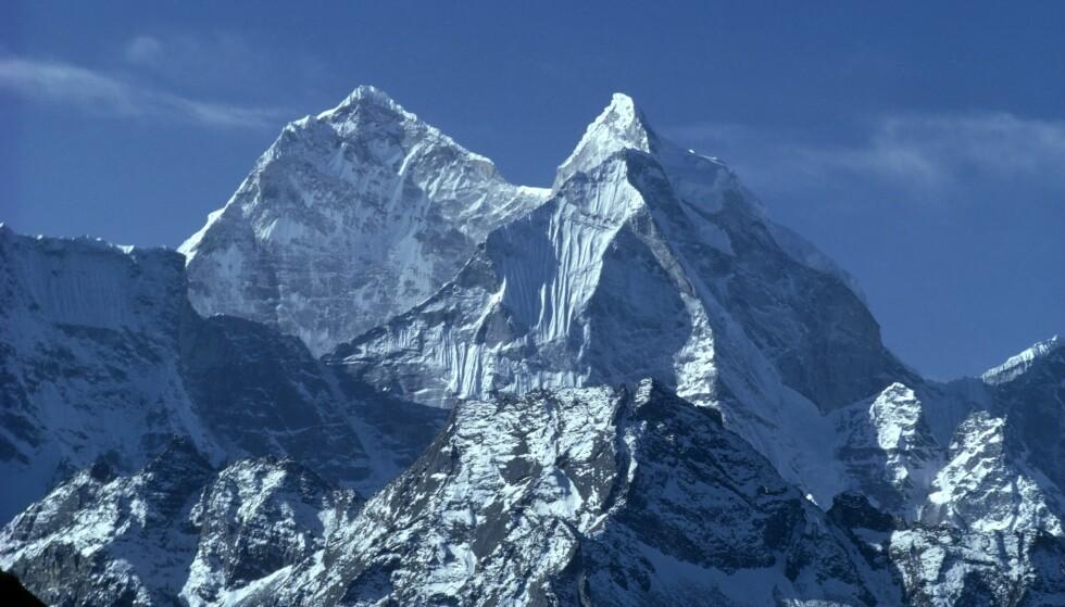 SMELTER: Mesteparten av de døde kroppene har blitt funnet i området Khumbu i Nepal. Foto: AP / Tashi Sherpa