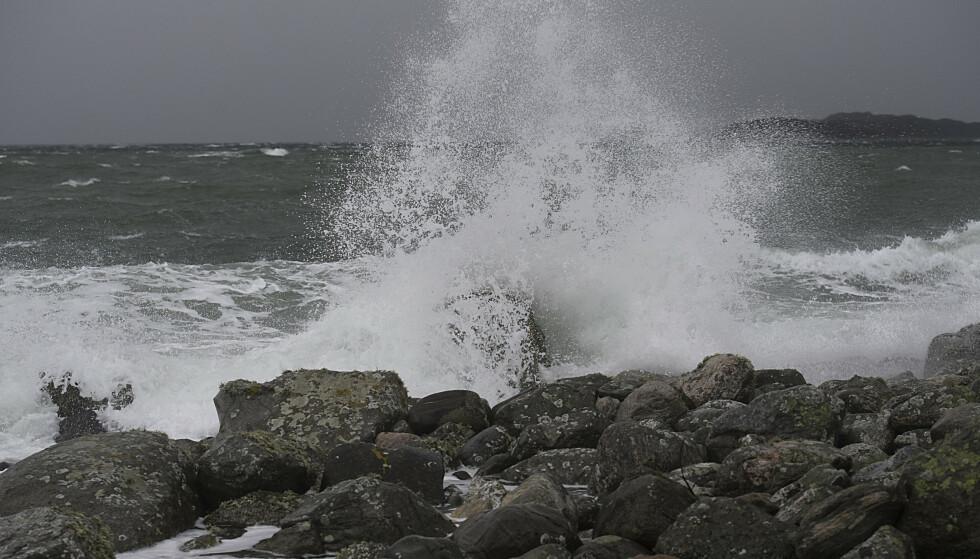 DET BLIR HEFTIG: Stormsenteret som treffer nordlige deler av Norge torsdag, vil lørdag bevege seg nedover og skape vanskelig værforhold i Sør-Norge. Her fra et forblåst Askøy i 2017. Foto: NTB Scanpix